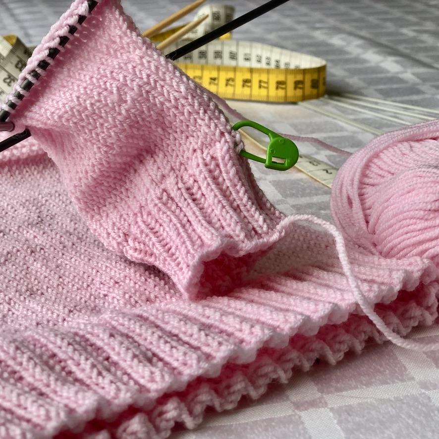 tricotando um suéter de bebê